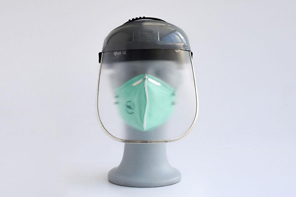 Adem- en gezichtsbescherming van IMG Europe, bestaande uit een spatscherm en FFP2 mondmasker